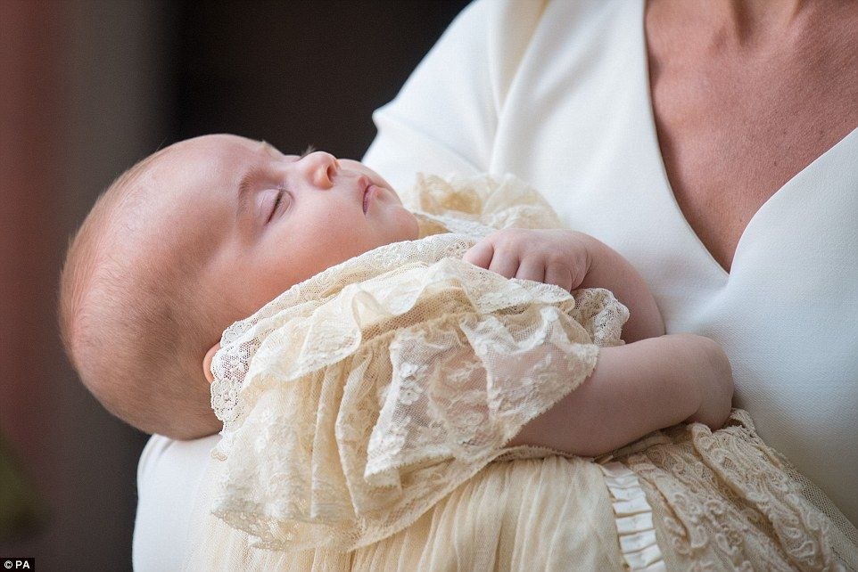 4E10615500000578-5933103-Prince_Louis_dressed_in_a_traditional_christening_gown_was_sound-a-83_1531150752938.jpg