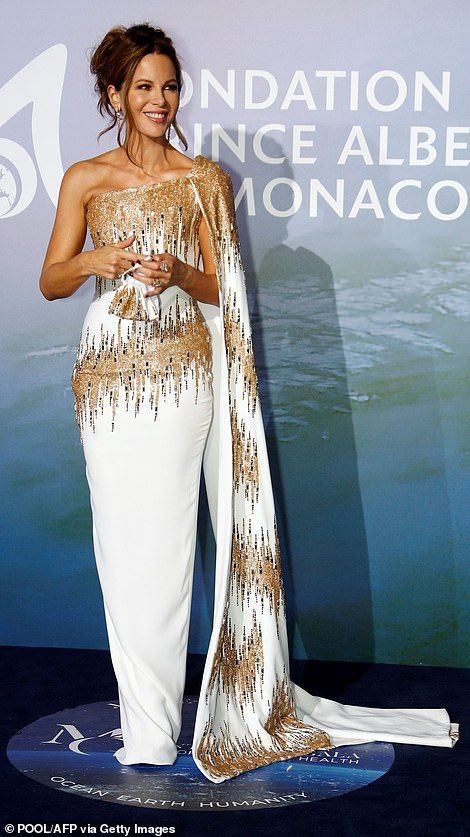 33585890-8769785-Glam_again_Kate_Beckinsale_stunned_in_a_white_sequinned_gown_at_-a-111_1600973497073.jpg