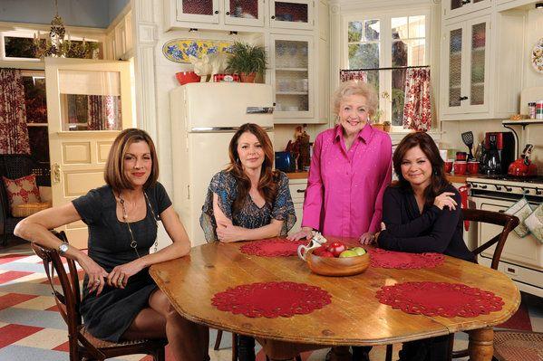 Wendie-Malick-Betty-White-Valerie-Bertinelli-Jane-Leeves-Hot-in-Cleveland-kitchen.jpg