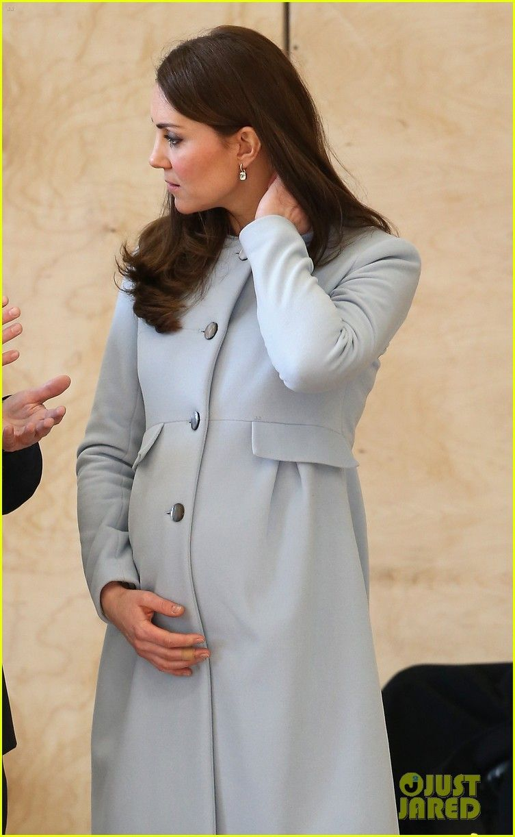kate-middleton-cradles-baby-bump-07.jpg